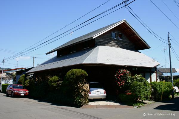 高断熱・高気密住宅でない木造在来工。壁・屋根・床:グラスウール(GW)10k厚100mm。窓:単板木製窓。未だ施工技術が無かった。