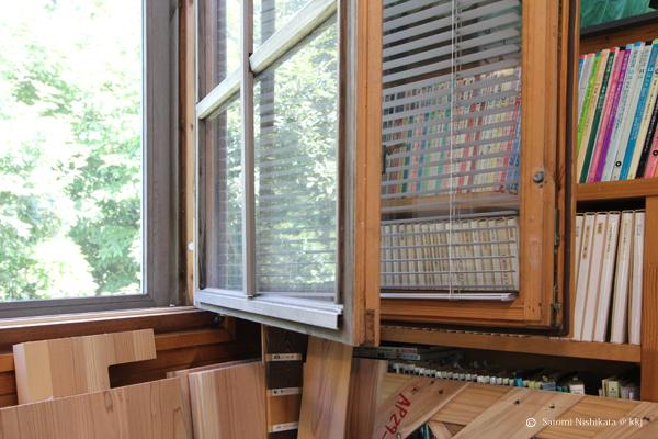 西側の窓に設置した内臓木製サッシ