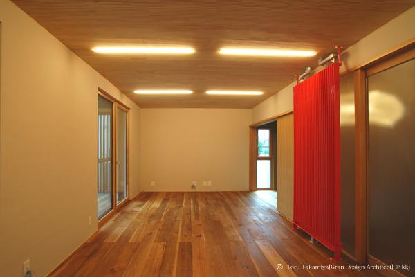 1階リビング。壁は土塗仕上。右は冷暖房用ラジエーター
