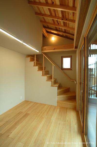 2階居室。国産スギを活用した木製サッシ(PAZEN社製)。