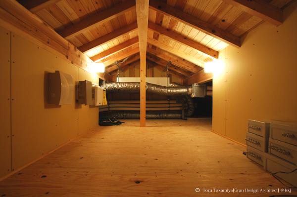 小屋裏に設置された熱交換型換気システム(ConfoAir)。