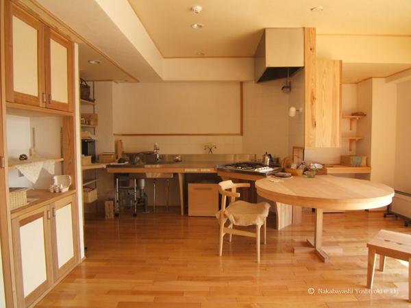 むくの木材や漆喰を主とする住戸内装例