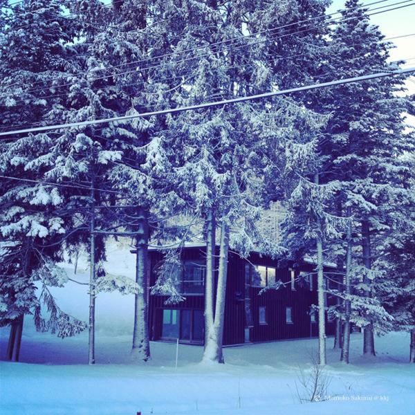 △2013年12月の下川町環境共生型モデル住宅 美桑(みくわ) 竣工して3度目の冬を向かえました。この3年あまりで延べ4000人あまりの方々に良さを体感して頂きました。