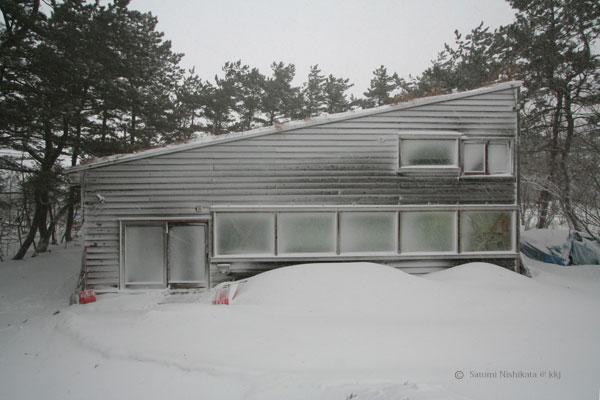 写真1.地吹雪後のアトリエ