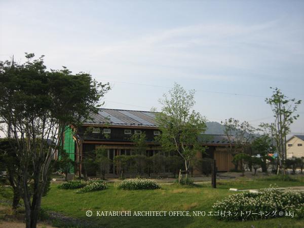 外観/南面屋根に太陽光発電3.88kWと太陽熱温水用集熱パネルを搭載