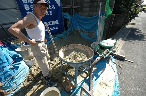 土壁にかかるコストと工期の問題を解決すべく、様々な試行錯誤を繰り返しながら作業を進めた。