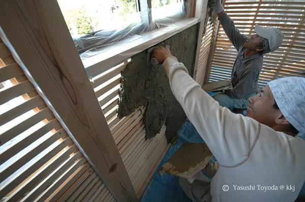 木小舞の上、片面だけに土を塗る。