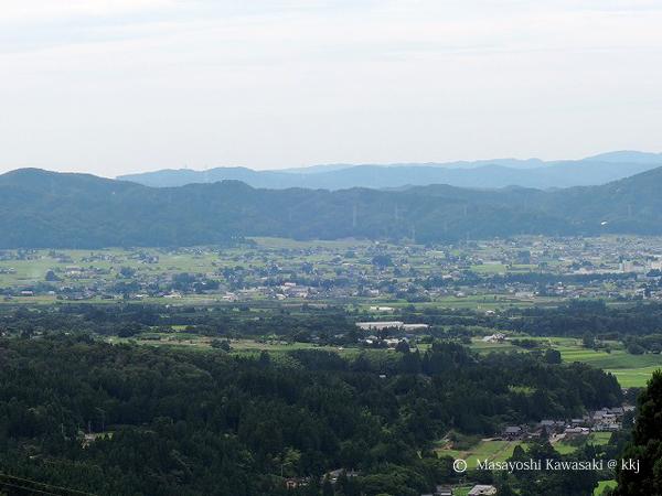 散居遠景 砺波平野を国道304号線から望む。「散居」とは、広大な耕地の中に民家(孤立荘宅)が散らばって点在する集落形態