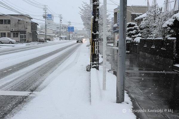 雪の日の車道と歩道 歩道には融雪設備がある