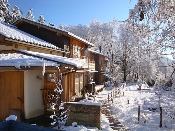 雪景色 一シーズンに何回かはしっかりと雪が降ります。朝方はマイナス5、6℃まで下がる気候。それでも断熱と土壁の蓄熱とで朝でも15℃ぐらいをキープ。