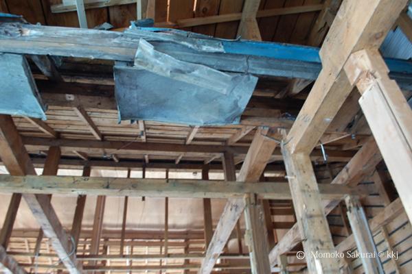解体が進んで骨組みがあらわになった。とても驚いたのは家の中から屋根が出てきたこと。