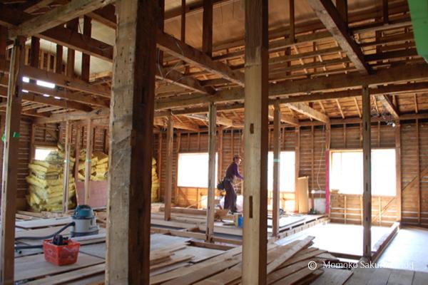 比較的新しかった店舗の2階の床下にはびっちりグラスウールが入っていた。 きちんと床を作りなおすため一度撤去して左側に積み上げられている。もちろんまた敷き直して気密を取る。