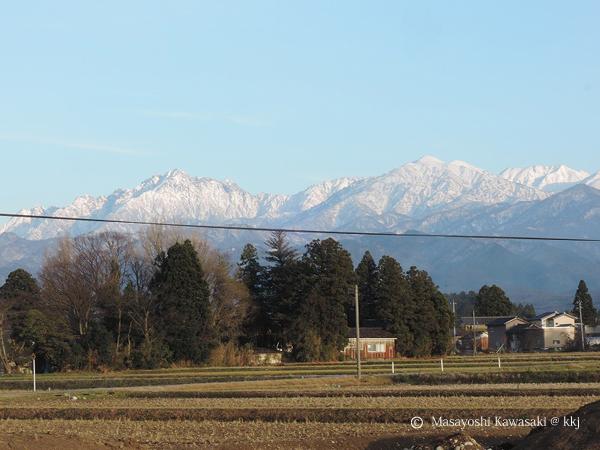 雪の無い穏やかな新春を迎えました 背景は北アルプス立山連峰
