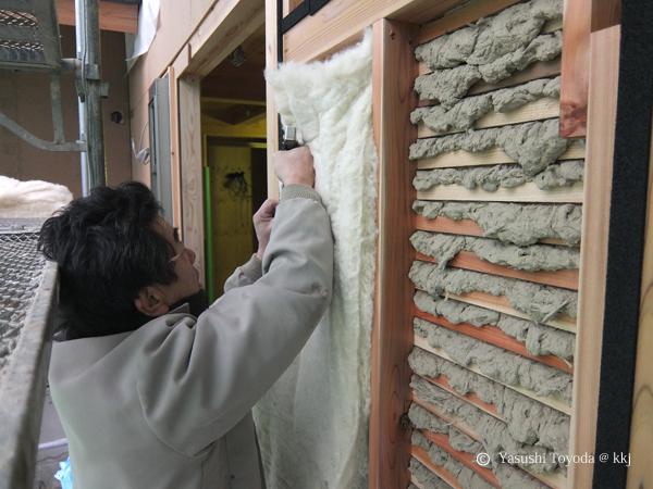 土壁に羊毛を充填し、夏の日射から土壁を保護する。