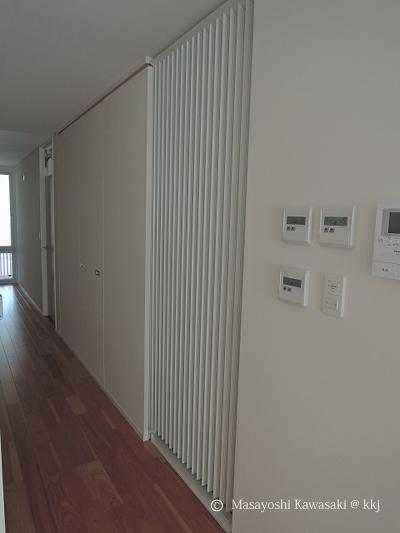 室内廊下に設置された壁パネル