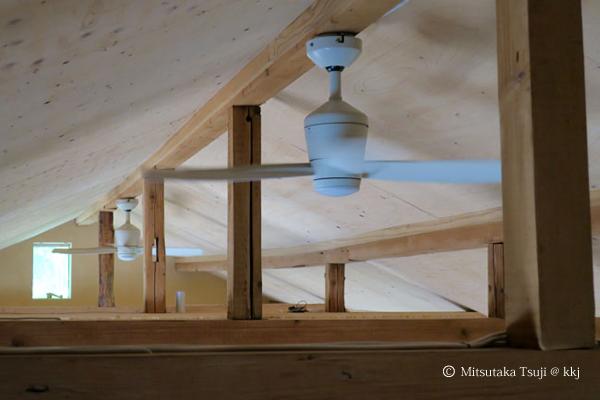 写真2:DCモーターの天井扇。省エネで揺らぎ効果が出せる。