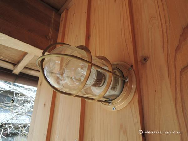 写真4:クリアタイプのLED照明の門灯