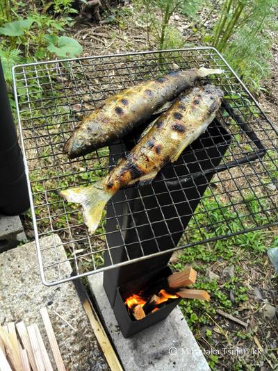 写真6:ロケコ(鋼管ロケットストーブ)で調理