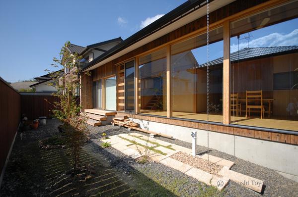 南面の窓を大きく確保し、冬の日射取得量を増やしている。