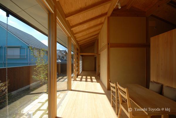 日射を取得することで、室内の土壁に蓄熱させている。