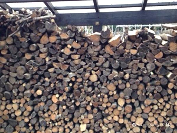 整然と並べられた薪