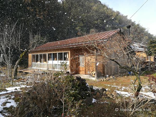 雪のちらつく日の我が家