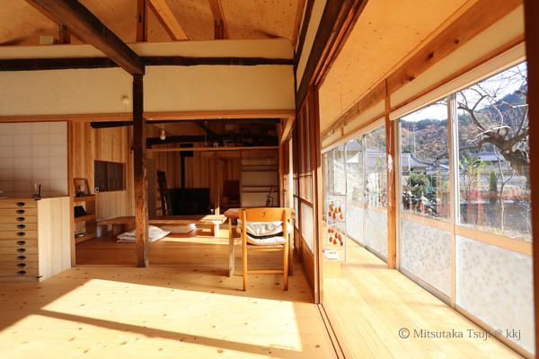 冬の日中の室内/南の大きな窓から太陽が降り注ぎ、暖かい。