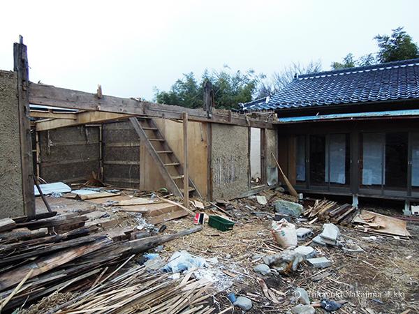 改修前の空き家と解体中の倉庫