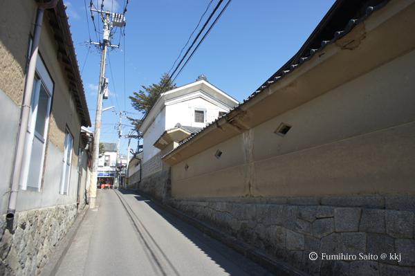 漆喰の蔵と塀のある路地-震災で傷んでいます・・・
