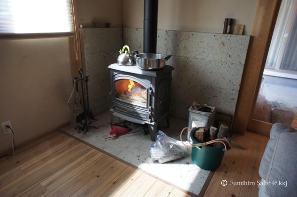 リビングの薪ストーブ-鍋に水を張って調湿するも・・・