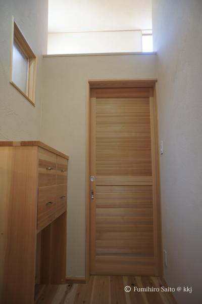 脱衣室-上部は開放、湿気が拡散します。